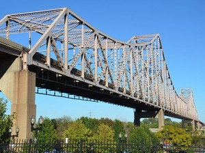 """""""Martin Luther King Bridge from Lacledes Landing, Sep 2012"""" / Photo by Mitchell Schultheis, Licensed under Creative Commons Attribution-Share Alike 3.0 via Wikimedia Commons"""